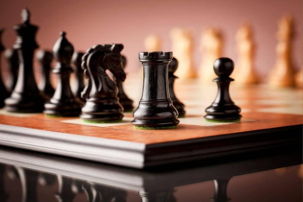 Pour bien choisir un jeu d'échecs pour un enfant, la matière en bois ou en plastique est importante.