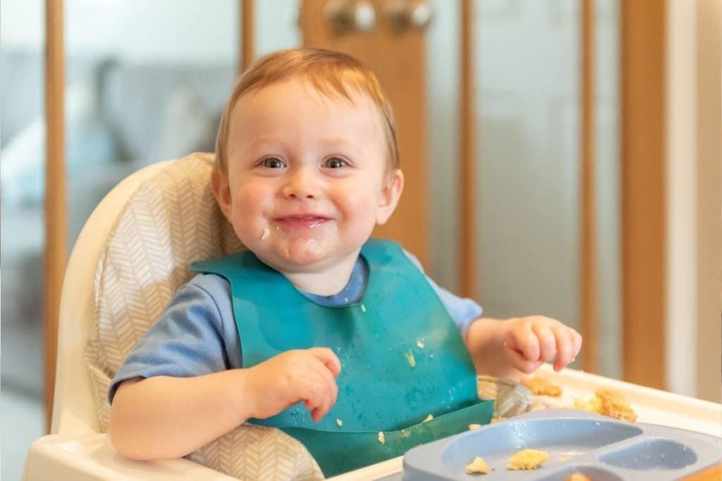 Le bavoir récupérateur, utile pour faire manger bébé sans trop salir le sol
