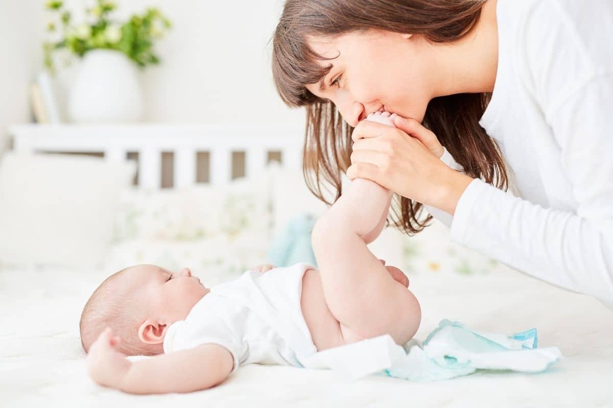 Maman changeant son bébé